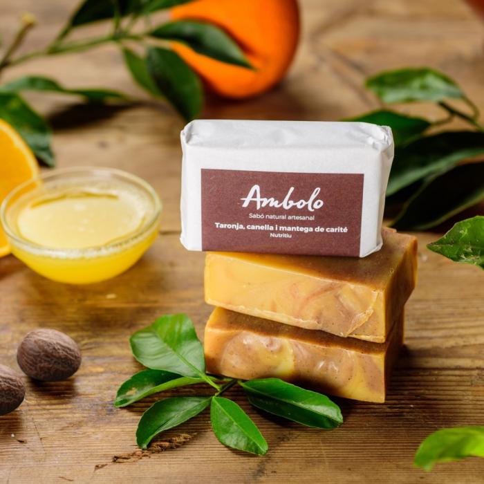 Sabó artesanal taronja, canella i mantega de carité. Recupera la suavitat i la hidratació natural de la pell. Nutritiu.