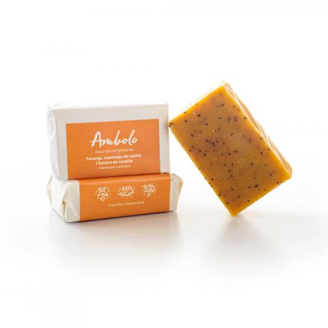Sabó artesanal de taronja, mantega de carité i llavors de rosella. Protegeix la pell, es refrescant i exfoliant.