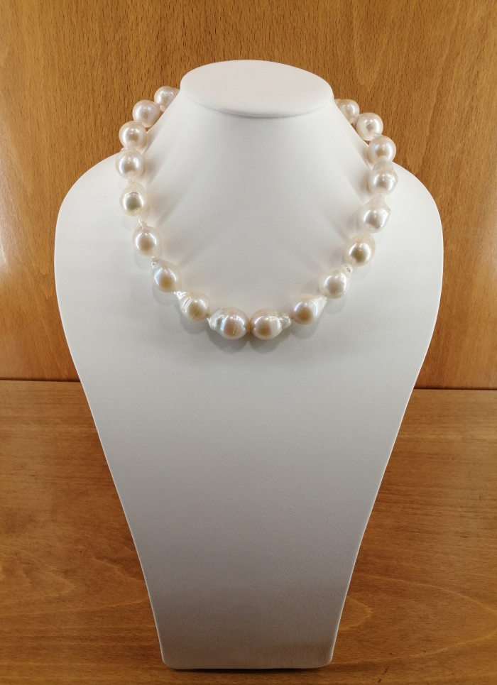 Collar de perlas cultivadas barrocas de 14-20mm, con cierre en plata de ley.