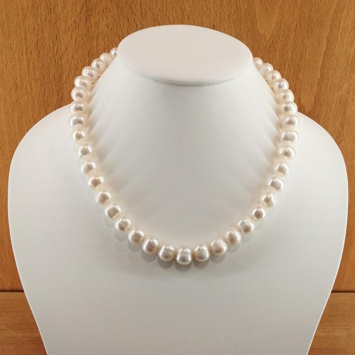 Collar de perlas cultivadas de 9-10mm con cierre en plata de ley rodiada.