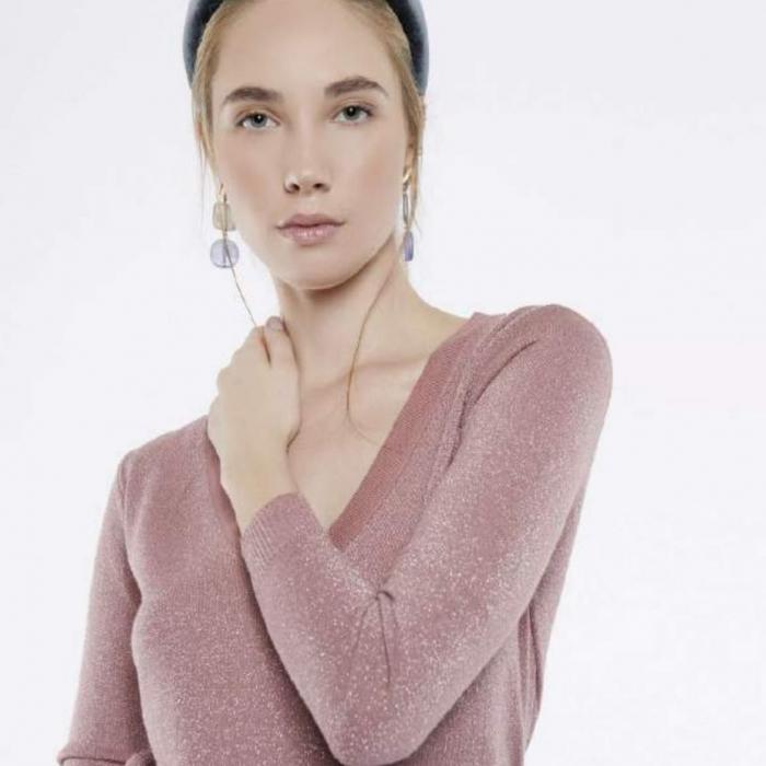 Sweater en punto metalizado manga larga y cuello pico